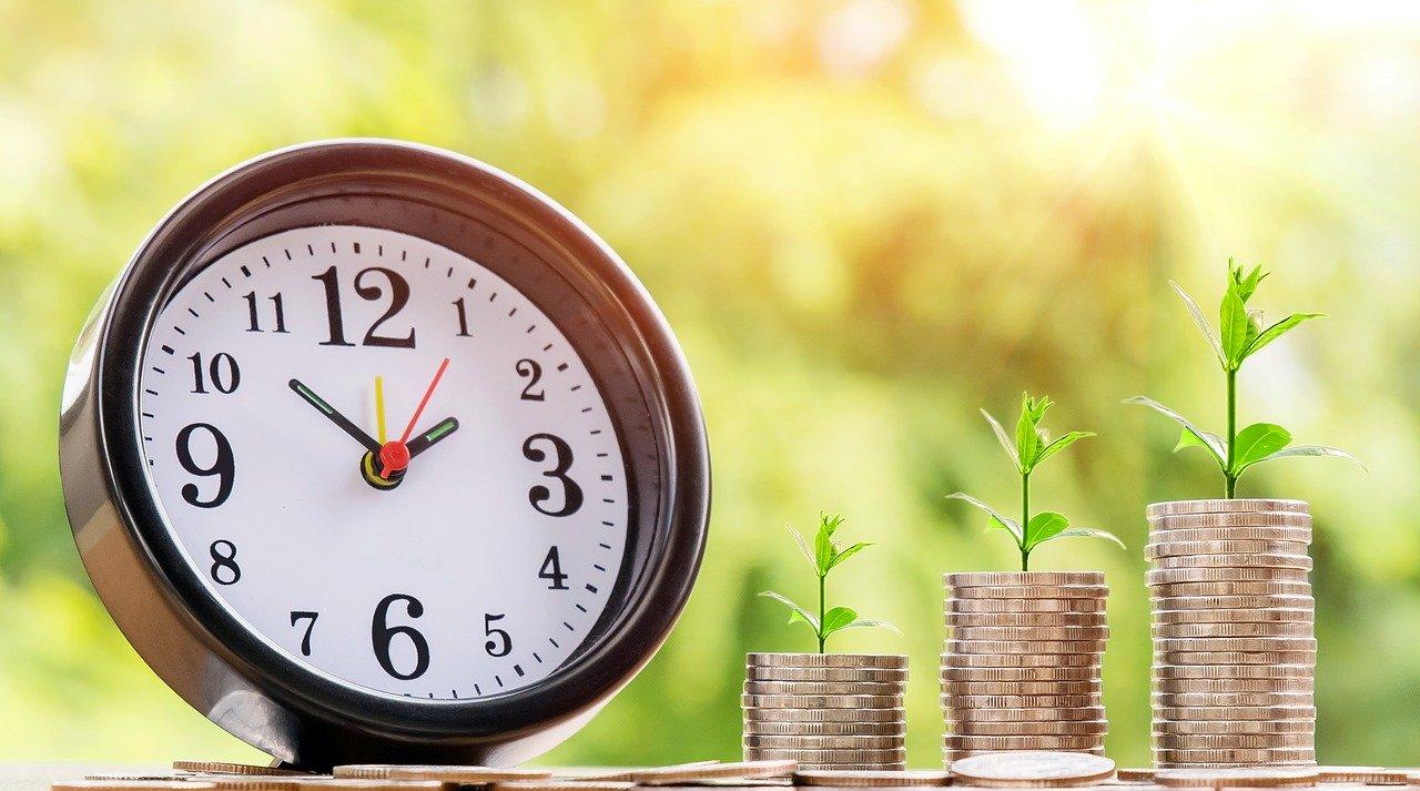Uhr und Geldhaufen